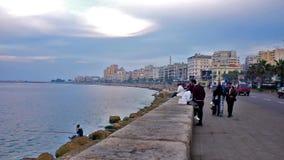 Passeggiata della spiaggia di Corniche in Alessandria d'Egitto video d archivio