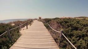 Passeggiata della spiaggia di Formentera Ibiza stock footage