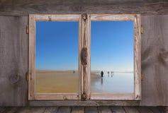 Passeggiata della spiaggia - vacanze estive sull'oceano - concetto sulle sedere di legno Fotografie Stock Libere da Diritti