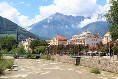 Passeggiata della stazione termale, passante del fiume e panorama delle alpi della montagna in Merano, Tirolo del sud Fotografia Stock Libera da Diritti
