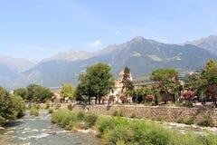 Passeggiata della stazione termale, passante del fiume e panorama delle alpi della montagna in Merano, Tirolo del sud Fotografie Stock