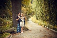 Passeggiata di amore delle coppie Immagini Stock Libere da Diritti