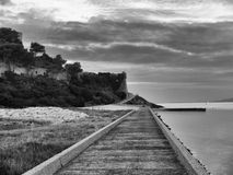 Passeggiata di camminata in bianco e nero futura lungo un allungamento del Fotografia Stock Libera da Diritti
