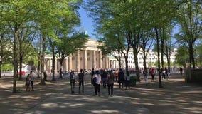Passeggiata di lasso di tempo: turisti a Brandenburger Tor In Berlin, Germania archivi video