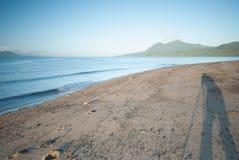 Passeggiata di mattina alla spiaggia Immagini Stock