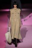Passeggiata di modello di Natali Eydelman la pista a Marc Jacobs durante la Mercedes-Benz Fashion Week Spring 2015 Immagini Stock