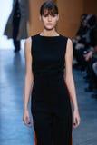 Passeggiata di modello di Vanessa Moody la pista a Derek Lam Fashion Show durante la caduta 2015 di MBFW fotografia stock libera da diritti