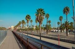 Passeggiata di Passeig de Colom alla spiaggia della città di Barcellona Fotografia Stock Libera da Diritti