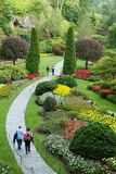 Passeggiata di rilassamento in un parco dell'albero e del fiore Immagini Stock Libere da Diritti