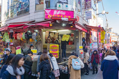 Passeggiata di Rowds tramite la via di Takeshita nel Harajuku Tokyo, Giappone Fotografie Stock Libere da Diritti