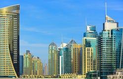 Passeggiata e grattacieli nel porticciolo di lusso del Dubai, Emirati Arabi Uniti immagine stock libera da diritti