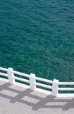 Passeggiata e mare verde pieno di sole immagine stock libera da diritti