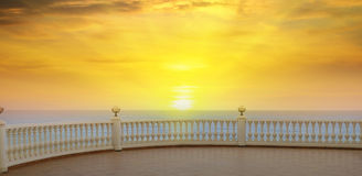 Passeggiata ed alba sopra il mare Immagini Stock