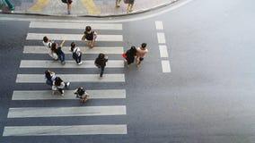Passeggiata ed orologio della gente sulla via di attraversamento Immagini Stock