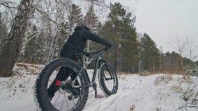 Passeggiata estrema professionale del motociclista dello sportivo con la bici grassa nell'aria aperta Il ciclista che cammina nel stock footage