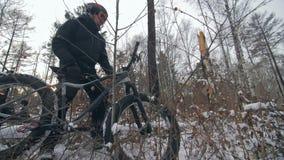 Passeggiata estrema professionale del motociclista dello sportivo con la bici grassa nell'aria aperta Il ciclista che cammina nel video d archivio