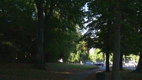 Passeggiata famosa 4k Italia di giorno di estate dei giardini pubblici di montanelli di indro di Milano video d archivio