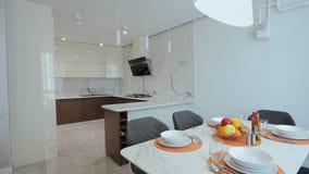 Passeggiata interna domestica in tutto la cucina Appartamento moderno video d archivio