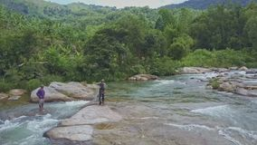 Passeggiata locale degli uomini su Rocky River Bank e rete del tiro in acqua video d archivio