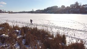 Passeggiata lungo il fiume video d archivio