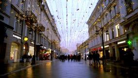 Passeggiata lungo la città Illuminazione festiva, tempo di giorno, inverno, Mosca Russia stock footage