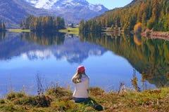 Passeggiata nel lago di autunno Fotografia Stock