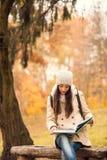 Passeggiata nel parco di autunno Fotografie Stock Libere da Diritti