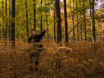 Passeggiata nella bella foresta di autunno Fotografia Stock