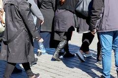 Passeggiata nella folla Fotografie Stock Libere da Diritti