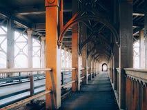 Passeggiata pedonale sotto il ponte ad alto livello Fotografia Stock