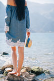 Passeggiata romantica della donna sulla spiaggia Immagine Stock