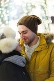Passeggiata romantica delle coppie felici immagine stock libera da diritti