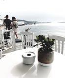 Passeggiata romantica sulla parte anteriore della spiaggia in Grecia immagini stock libere da diritti