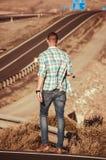 Passeggiata sola dell'uomo di modo sulla strada Immagini Stock