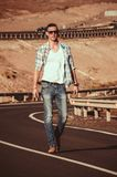 Passeggiata sola dell'uomo di modo sulla strada Fotografie Stock
