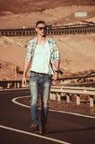 Passeggiata sola dell'uomo di modo sulla strada Fotografia Stock Libera da Diritti