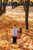 Passeggiata sorridente dei bambini nel parco di autunno Fotografia Stock