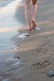 Passeggiata sulla spiaggia fotografia stock libera da diritti