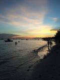 Passeggiata sulla spiaggia al crepuscolo, Filippine Immagini Stock