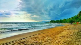 Passeggiata sulla spiaggia con la sabbia fine fotografie stock libere da diritti