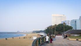 Passeggiata sulla spiaggia del parco di momochi della spiaggia Fotografia Stock