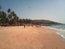 Passeggiata sulla spiaggia di Anjuna goa immagine stock