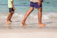 Passeggiata sulla spiaggia tropicale fotografia stock