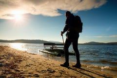 Passeggiata turistica alta sulla spiaggia al crogiolo di pagaia nel tramonto Fotografia Stock Libera da Diritti