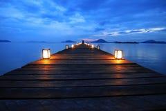 Passeggiata turistica asiatica delle donne sul ponte di legno Fotografia Stock