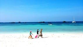 Passeggiata turistica dalla spiaggia Fotografia Stock Libera da Diritti