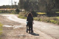 Passeggiata in una strada desolata Fotografia Stock