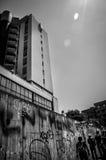 Passeggiata urbana sopra le alte costruzioni Fotografia Stock Libera da Diritti
