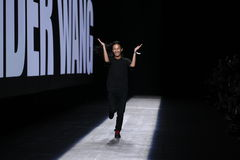 Passeggiate di Alexander Wang del progettista la pista durante la sfilata di moda 2016 di Alexander Wang Spring /Summer Fotografia Stock Libera da Diritti