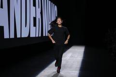 Passeggiate di Alexander Wang del progettista la pista durante la sfilata di moda 2016 di Alexander Wang Spring /Summer Fotografie Stock